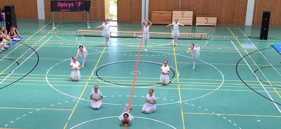 Ein Bild, das Boden, Sport, Badminton, drinnen enthält.  Automatisch generierte Beschreibung